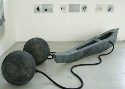 Boot, 2008, Metall, Pergaminpapier, Schläuche, 250 x 47cm, Kugeln je 65 cm
