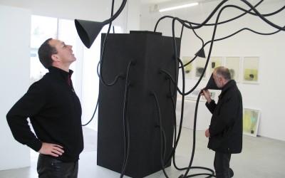Die Hörfalle, 2006, akustisch-interaktive Installation mit Kopf, Hörtrichtern, begehbarem Kasten