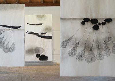 schwer-leicht, 2019, Bildfahnen im Kunstverein Nördlingen, Tusche, Wachs :Japanpapier, je 317 x 196 cm