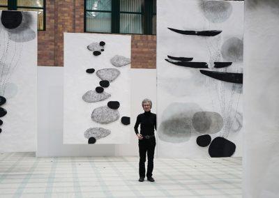 Installation Echo_im Fluss, 2019, Tusche, Acryl, Wachs / Japanpapier, je 315 x 193 cm, Kreissparkasse Ravensburg