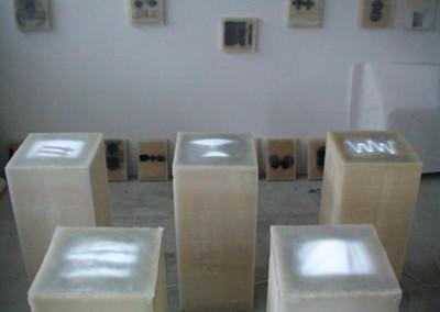"""3) """"alpha-omega"""", 2001, 7-teilige Videoskulptur, Blöcke aus Wachs,  40 x 40 x 100 cm H, Videoloops, Monitore unter Wachshaut,  u.a. Projekt. """"KirchenTräume"""", Karlsruhe"""