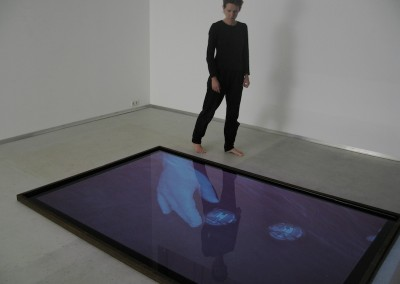 Videoinstallation attraction-repulsion, 2005, Wasser, Folie, Metall. Videoprojektion, 250 x 180 cm